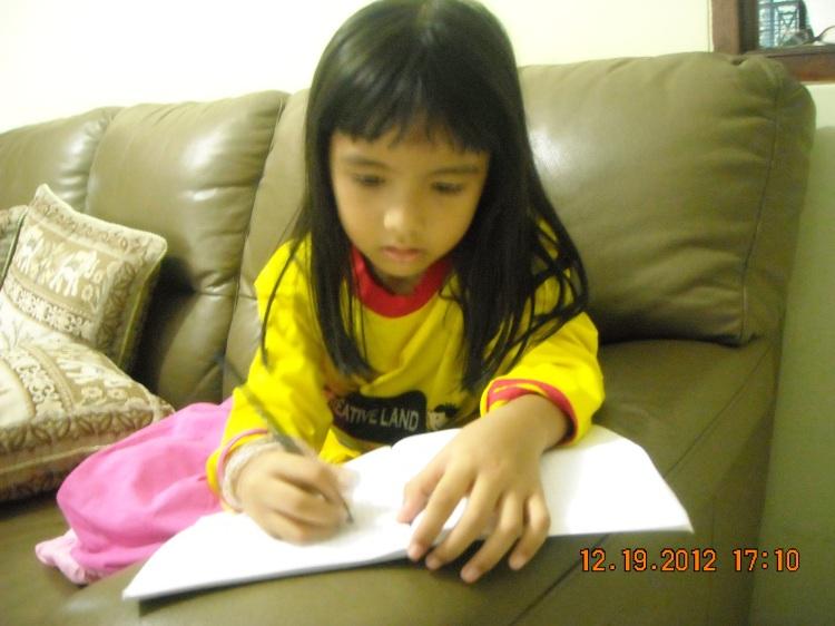 di waktu bermainnya, zahra sering mengambil kertas atau buku untuk dibuat gambar, tulisan, atau surat untuk mama papa, dan temannya
