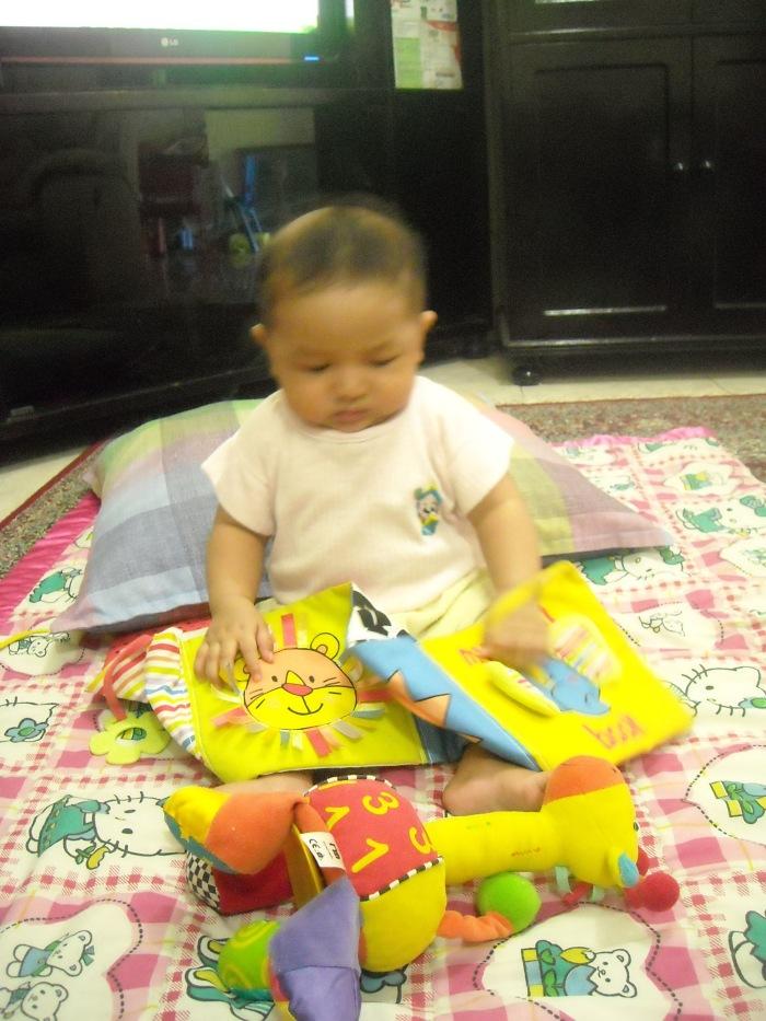 ketika bayi, biarkan anak memainkan bukunya.. dibolak-balik, digigit, atau dipukul-pukul