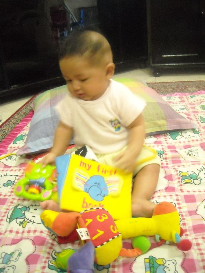aktivitas bersama buku dan mainan, membuat anak merasa bahwa buku adalah benda yang menyenangkan seperti mainannya