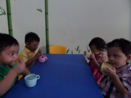 Adik playgroup menikmati teh buatan sendiri walaupun ada sedikit kecelakaan kecil yang membuat baju Firaz basah semua, hehehe