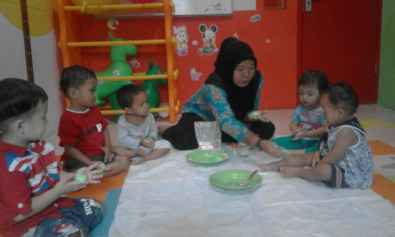 Ms Asri bermain tepung dan playdough dengan baby class dan daycare