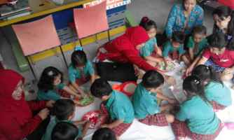 TK dan playgroup membuat playdough dan mengenal tektur