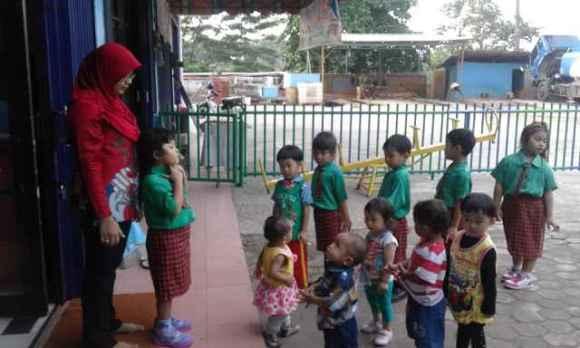 Belajar Berbaris dan Antri dari kelas baby