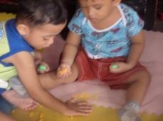 Rendra dan Kevin asyik bermain playdough buatan sendiri