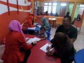 Rendra (2thn) menjalani test motorik halus, bersama Abi dan Ummi yang mengisi data perkembangan anak secara tertulis
