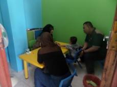 Rendra bersama Abi dan Ummi saat bersama psikolog
